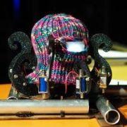 Liten, blekksprut-aktig robot.
