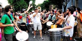 En parade med musikere og publikum.