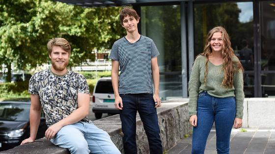 Tre studenter utenfor universitetsbygg på Blindern