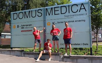 Faddere foran bygget Domus Medica på Gaustad.