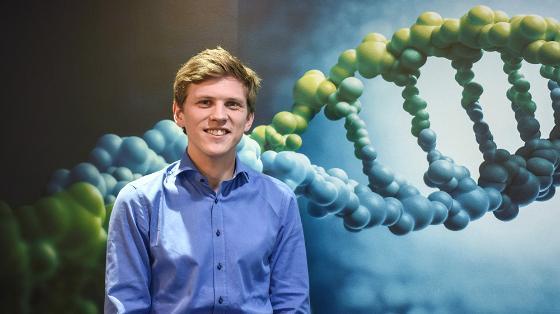 Georg Beiske foran DNA-figur