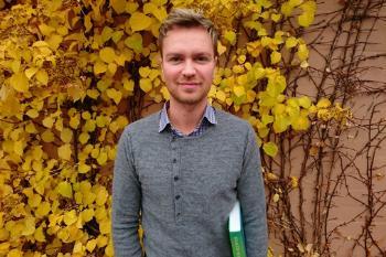 Erik Sagdahl foran en vegg dekket av høstgult løv