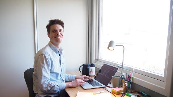 Bildet kan inneholde: datamaskin, bord, personlig datamaskin, smil, laptop.