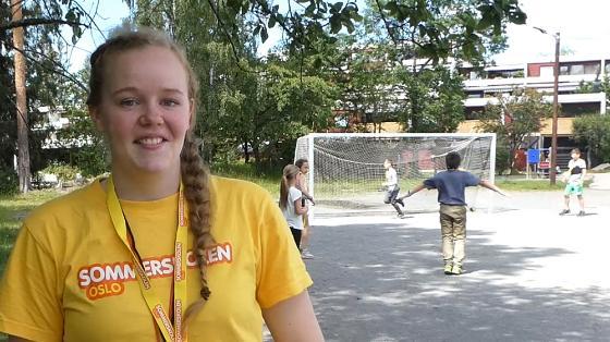 Bilde av blid Veronica i gul t-skjorte foran unger som er ute og spiller fotball