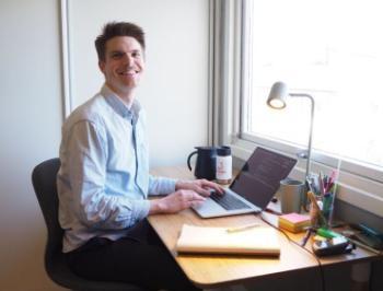 Bildet kan inneholde: skrivebord, kontor, jobb, sittende, hvitkrage-arbeider.