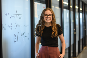 Fysikk student Cecilie på UiO med rosa bukser, briller og lange lokker
