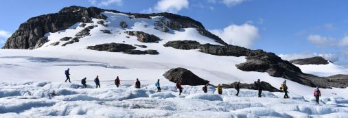 Students on an excursion, here walking on a clacier. Photo: RHM/GEO