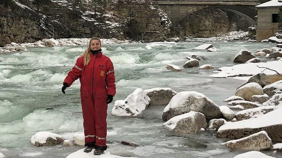 hvordan bli hydrolog - Anna ute i fossen, rød kjeledress