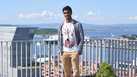 Sharanan står på toppen av DNB-bygget i Barcode med utsikt over fjorden og Lambda