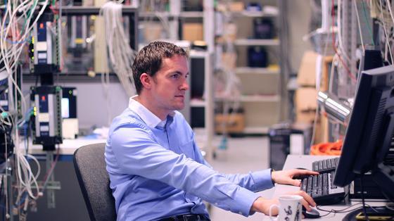 Bildet kan inneholde: datamaskin, personlig datamaskin, data-tastatur, skrive, perifer.