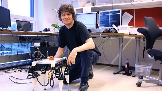 Bildet kan inneholde: smil, datamaskin, bord, personlig datamaskin, dataskjerm.