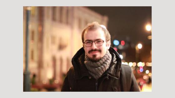 Bildet kan inneholde: panne, briller, yttertøy, visjon omsorg, smil.