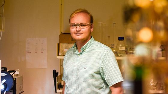 Ung mann på lab