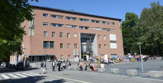 Bildet kan inneholde: Eiendom, Bygning, By, Nabolag, Mixed-bruk.