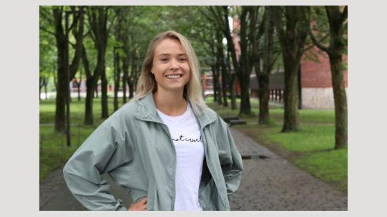 Bilde av smilendeCamilla Lingjærde på et grønt Blindern campus