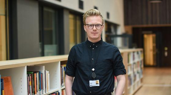 Bilde av Arnstein Vestre på jobb på SSB. I biblioteket.
