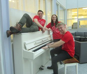 Medisinstudenter poserer ved pianoet på Domus Odontologica.