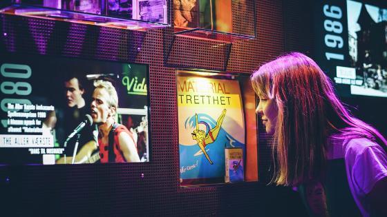 Jente som studerer utstilling på Popsenteret