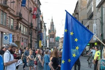 Bildet kan inneholde: mennesker, flagg, publikum, fotgjenger, demonstrasjon.